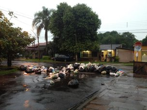 Moradores recolheram lixo de casas e fizeram barricada na rua (Rádio Gaúcha/Paulo Rocha)