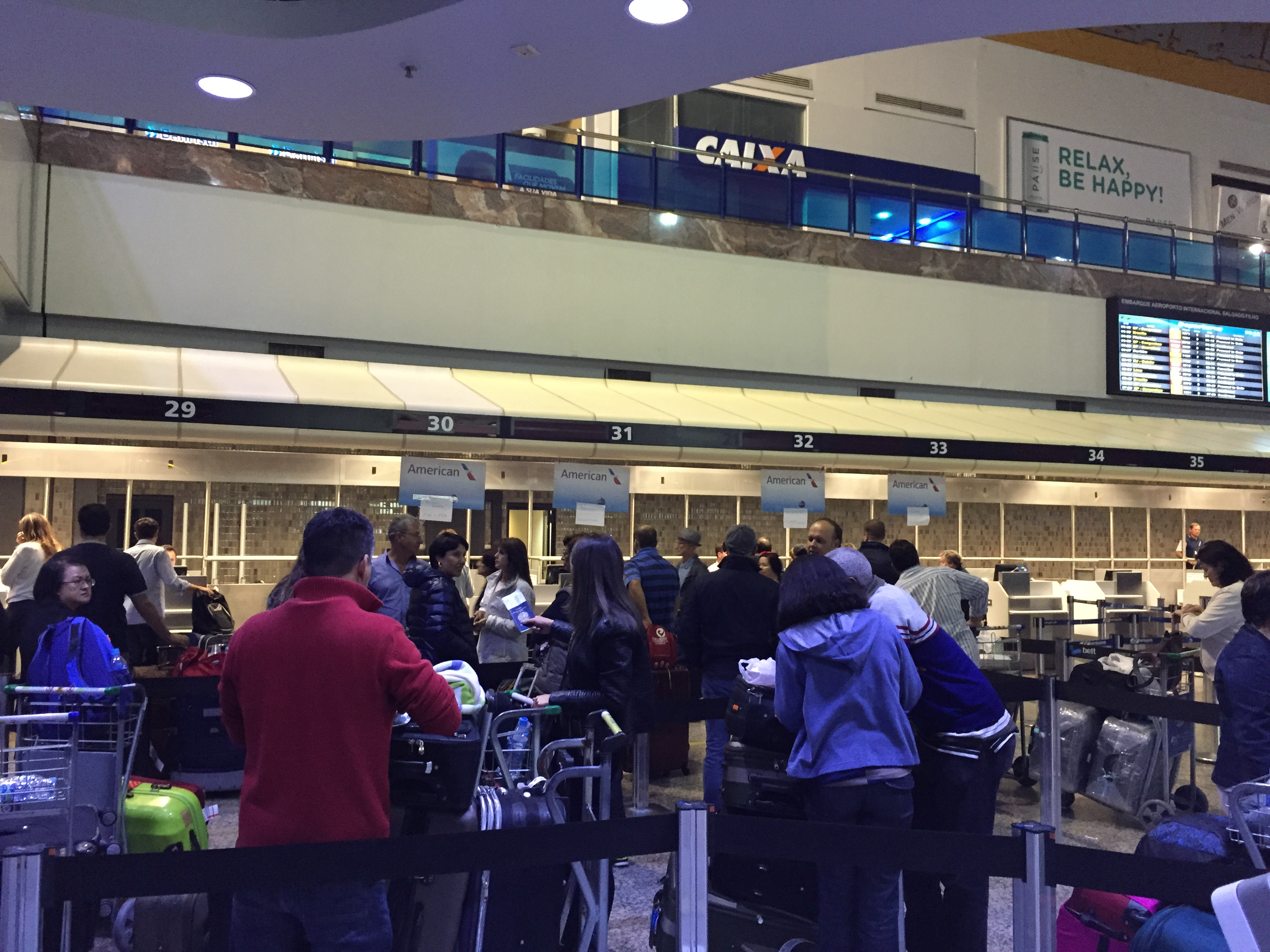 Passageiros esperam atendimento após o cancelamento do voo da American Airlines (Arquivo Pessoal/Vinicius Seibt)