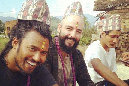 Brasileiro Daniel Confortin (centro) estuda no Nepal (Reprodução Facebook/Arquivo Pessoal)