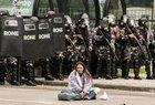 A importância simbólica daquelas cenas, do fato de termos visto policiais atirando, sovando, atacando justamente professores é, claro, imensa (AFP/LEONARDO SALOMAO)
