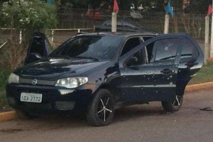 O carro ficou com pelo menos 15 marcas de disparo (Rádio Gaúcha/Matheus Schuch)