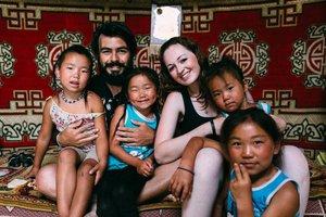 O casal viajante e as crianças da família com a qual viveram na Mongólia (Arquivo Pessoal/arquivo pessoal)