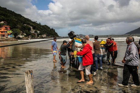 Mais de 20 pescadores e Bombeiros trabalharam para resgatar embarcação que afundou no Pântano do Sul (Agencia RBS/Betina Humeres)