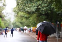 Chuva que atingiu Porto Alegre no sábado segue neste domingo (Agência RBS/Félix Zucco)