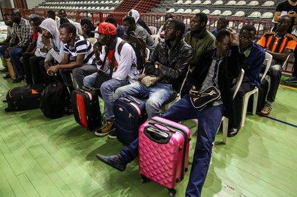 Chegada de haitianos e senegaleses ao Ginásio do Capoeirão, em Florianópolis (Agencia RBS/Betina Humeres)