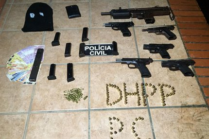 Com os detidos, foram encontrados uma metralhadora, cinco pistolas e munição (Divulgação/Polícia Civil)
