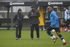 Ao lado de Roger, Rogério Luiz (E) é o novo preparador físico do Grêmio (Grêmio,Divulgação/Lucas Uebel)