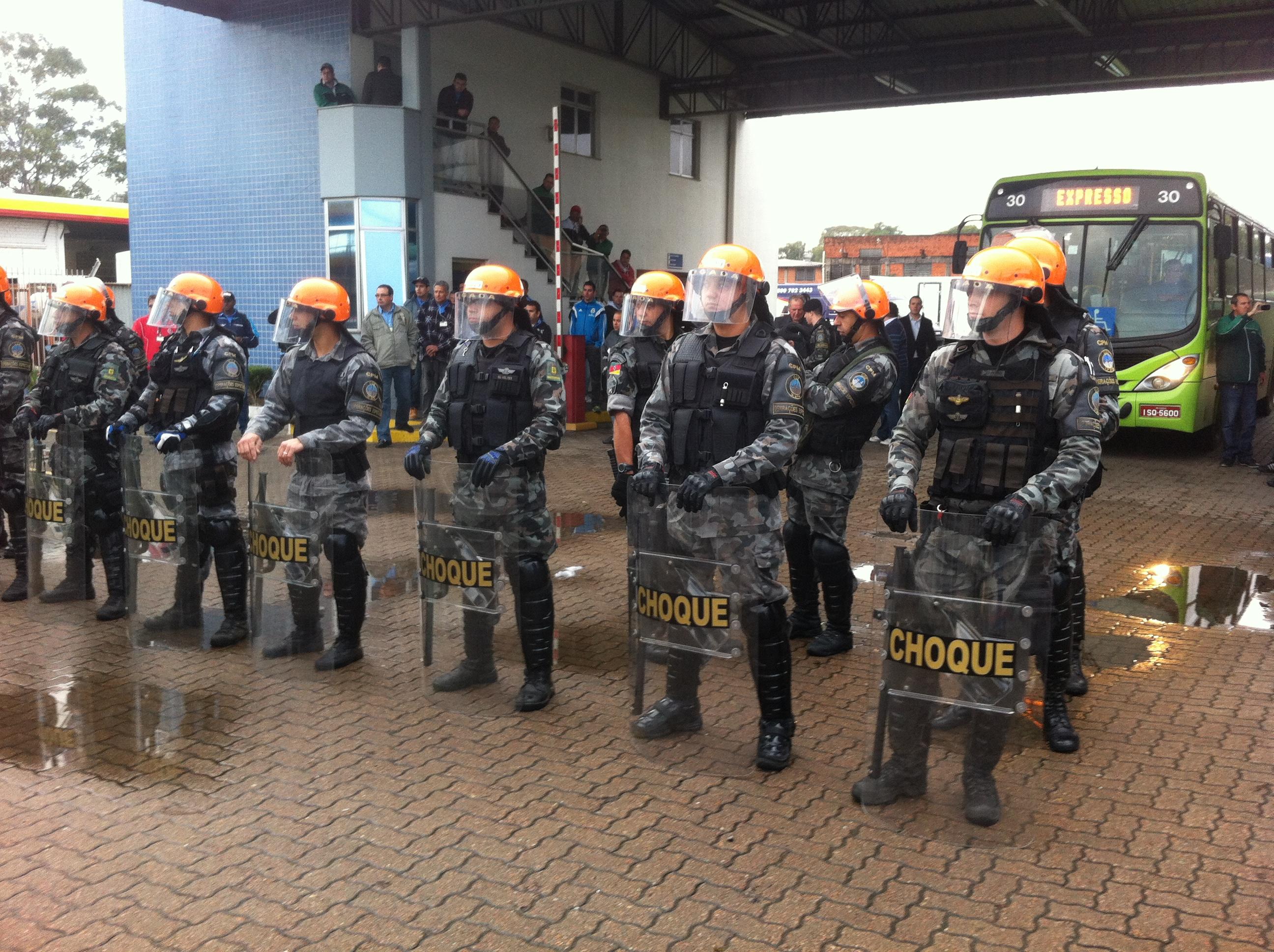 Tropa de Choque da Brigada Militar foi chamada para liberar portões (Diário Gaúcho/Débora Cademartori)