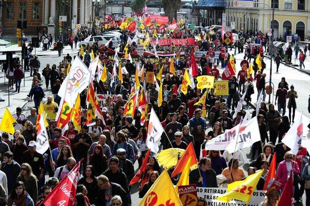 Após caminhada, centrais sindicais e MST se reuniram em frente ao Palácio Piratini, no centro de Porto Alegre (Agencia RBS/Ronaldo Bernardi)