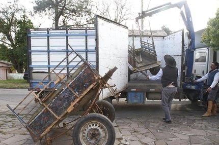 Na manhã desta quarta-feira, três carroceiros entregaram seus veículos à prefeitura (Divulgação/Ricardo Giusti,PMPA)