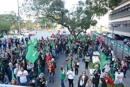 Servidores fizeram protesto em frente ao TJ, em Porto Alegre (Divulgação/SindJus)