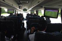 Jogadores do Tigres assistem ao jogo Inter x Coritiba, pelo Brasileirão no deslocamento até Cancún (Twitter/Reprodução)