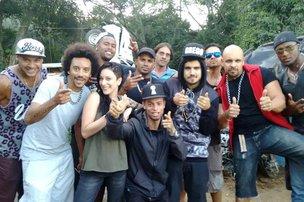 Marcynho (de branco) e o galã da Globo com a galera do elenco (facebook/reprodução)