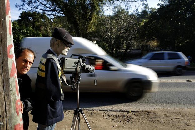 Enilson usa bonecos e câmeras para dar um susto nos apressados (Agencia RBS/Mateus Bruxel)