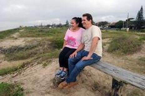 Casal Eoli de Oliveira Paludo e Arlindo Paludo, moradores desde 2003, estão felizes com a novidade de terem finalmente sua escritura. (Agencia RBS/Salmo Duarte)