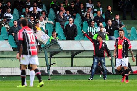 Adilson orienta os jogadores durante o jogo contra o Coritiba (Agência RBS/Rodrigo Philipps)