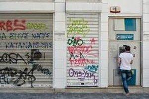 Em meio à crise, os gregos só podem retirar até 60 euros por pessoa por dia em caixas eletrônicos (AFP/ANDREAS SOLARO)