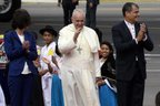 Francisco foi recepcionado pelo presidente equatoriano, Rafael Correa (AFP/JUAN CEVALLOS)