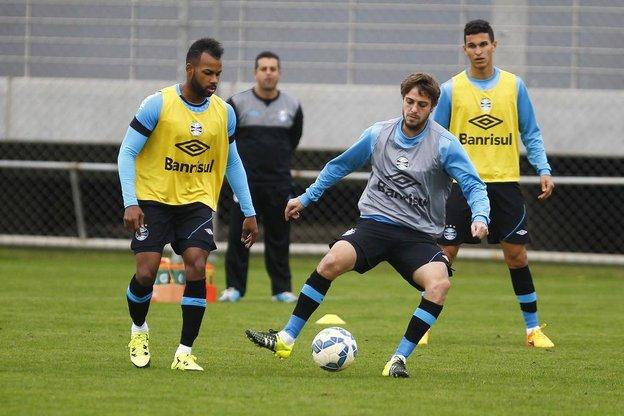 Fernandinho (E) e Maxi são reforços para Roger encarar a maratona de jogos do mês de julho (Grêmio/Lucas Uebel)