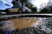 Em trechos da Avenida Ipiranga, em Porto Alegre, o asfalto ficou bastante danificado após a chuvara (Agencia RBS/Ronaldo Bernardi)