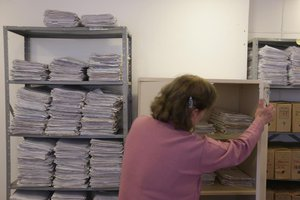Nas prateleiras da secretaria se acumulam os processos cujo prazo para cobrança está esgotado (Agencia RBS/Diego Vara)