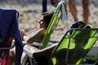 Em pleno inverno, mulheres tomam banho de sol na Praça da Encol (Agencia RBS/Mateus Bruxel)