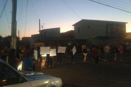 Cerca de cem pessoas protestaram contra a morte do menino na noite desta quinta-feira (Reprodução/WhatsApp)