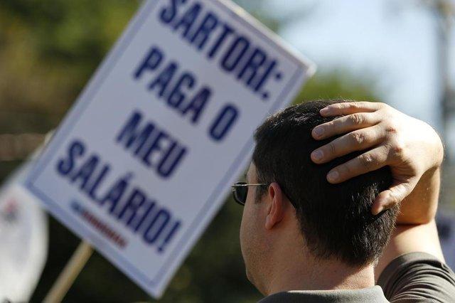 Após confirmação do parcelamento, servidores fizeram manifestação nesta sexta-feira (Agencia RBS/Mateus Bruxel)