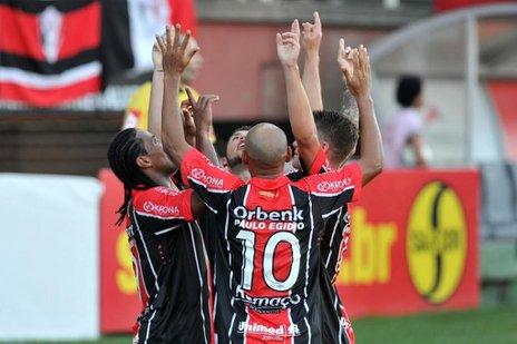 Jogadores comemoram o primeiro gol do JEC na partida contra o Avaí (Agencia RBS/Rodrigo Philipps)