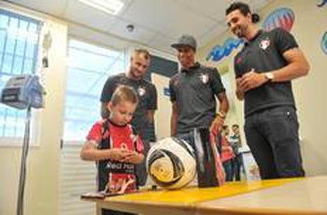 Jogadores visitaram o setor de oncologia do Hospital Infantil de Joinville e fizeram a alegria de mais de dez crianças internadas na unidade (Especial/Claudia Baartsch)