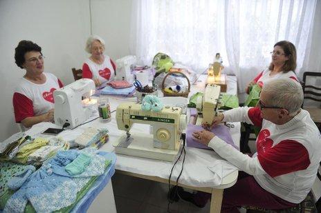 Grupo reúne voluntários que fazem em média 60 kits de enxovais por mês, doados a recém-nascidos carentes (Agencia RBS/Leo Munhoz)