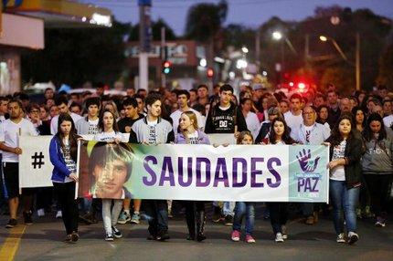 Cerca de 200 pessoas participaram da passeata pelo centro de Charqueadas nesta terça-feira (Agencia RBS/Adriana Franciosi)