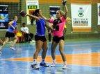 Handebol Feminino de Santa Maria (rosa) é um dos representantes da cidade no torneio (Agencia RBS/Maiara Bersch)