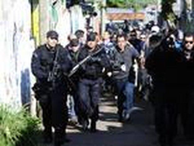 Peritos retiraram o corpo do local com proteção policial (Agencia RBS/Ronaldo Bernardi)
