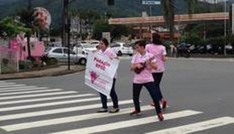 Trio animou os motoristas com dança improvisada (Agência RBS/Chayenne Cardoso)