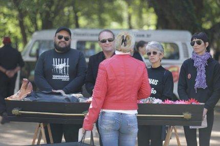 Suíno foi velado em um caixão, com direito a flores e pessoas de luto ao redor (Agencia RBS/Lauro Alves)
