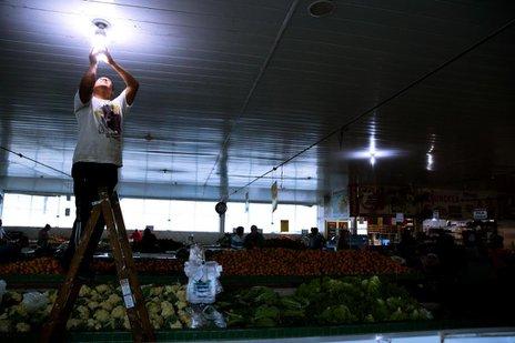 Funcionários trabalham na reorganização na abertura do Direto do Campo (Agencia RBS/Marco Favero)