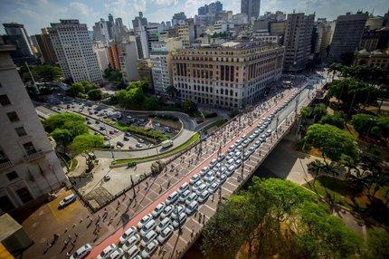Nova categoria de táxis pretende integrar veículos da categoria especial (vermelho e branco) e os táxis de luxo da cidade (FOX PRESS PHOTO/ESTADÃO CONTEÚDO/CRIS FAGA)
