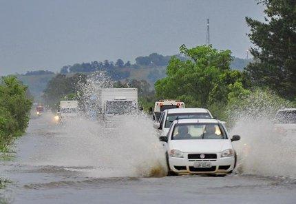 Chuva causa alagamento na BR-392 (foto) e em diversas rodovias do Estado (Agencia RBS/Maiara Bersch)