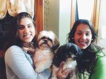 Paula (esq.) e Mariana (dir.) felizes com os cães Balu (esq.) e Ringo (dir.) (Arquivo Pessoal)