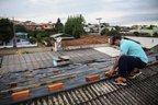 Morador de Lebon Régis repara com lona os estragos causados pela chuva (Agencia RBS/Leo Cardoso)