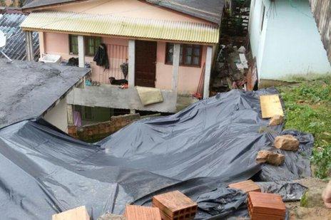 Um deslizamento no morro da Serrinha, em Florianópolis, atingiu uma residência. Ninguém ficou ferido no acidente. (Divulgação/Defesa Civil SC)