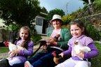 As netas Giovana (E) e Taís moram perto da avó Neusa e aproveitam para aprender sobre os animais e a horta cultivada no quintal da casa (Agencia RBS/Jonas Ramos)
