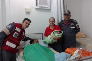 Bombeiros voluntários que ajudaram no primeiro parto com mãe e filho (Bombeiros Voluntários de Navegantes/Divulgação)