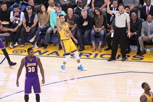 Curry fez 24 pontos na vitória sobre o Lakers nesta terça (Jack Arent/NBAE via Getty Images/AFP)