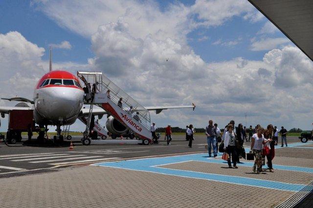 Ao todo 446 mil passageiros passaram pelo Aeroporto Municipal Serafim Enoss Bertaso em 2015. Foram 25 mil passageiros a mais que em 2014. Um crescimento de 6%. Neste cálculo, foram considerados os embarques, desembarques e usuários em trânsito (conexões).Há 10 anos o aeroporto de Chapecó movimentava apenas 20 mil passageiros por ano.
