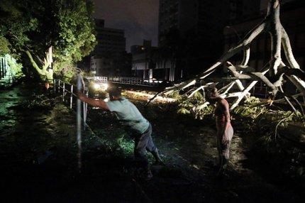 Depois do temporal, madrugada de s�bado foi de alagamentos e interrup��o nos servi�os de distribui��o de energia el�trica e �gua (Ag�ncia RBS/Andr� �vila)