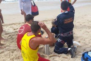 Bombeiros e Samu fizeram o atendimento depois que a vítima foi retirada do mar (Corpo de Bombeiros/Arcanjo)