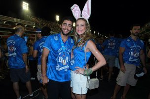 Luana Piovani foi à Marquês de Sapucaí acompanhada do namorado, o surfista Pedro Scooby (AgNews/Marcello Sá Barretto)
