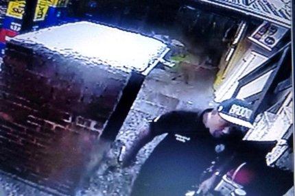 Homens vestiam roupas da Polícia Civil durante assalto em Capão da Canoa na manhã desta quarta-feira (Reprodução/Reprodução)